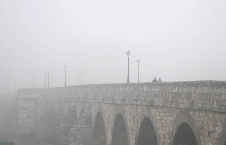 David Arranz / ICAL Mañana de nieblas y bajas temperaturas en la ciudad y la provincia. En la imagen el puente romano