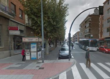 El quiosco de la Once de Felipe Urban Marcos está situado en la Avda. Filiberto Villalobos, esquina con la calle Arapiles .