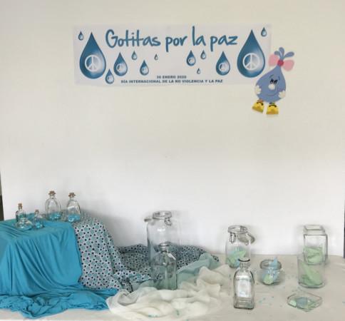 El centro cultural de Guijuelo se 'inunda¡ con las 'Gotitas de la Paz' que van escribiendo los vecinos.