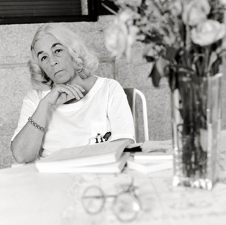 Eduardo Margareto / ICAL La escritora Carmen Martín Gaite en un retrato de archivo en su casa del Boalo en Villalba (Madrid) en 1994