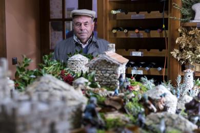 Jesús Formigo / ICAL Julio Calderón, vecino de Lumbrales, recrea con granito construcciones típicas de la zona