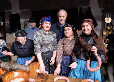 Jesús Formigo / ICAL La Alberca celebra la rifa del marrano de San Antón con la visita de Vicente del Bosque