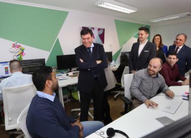Brágimo / ICAL El consejero de Economía y Hacienda de la Junta de Castilla y León, Carlos Fernández Carriedo (I); la presidenta de la Diputación de Palencia, Ángeles Armisén (2D); junto al fundador de Roams, Eduardo Delgado (2I), entre otros, en la visita a la empresa palentina de asesoramiento digital en telefonía Roams