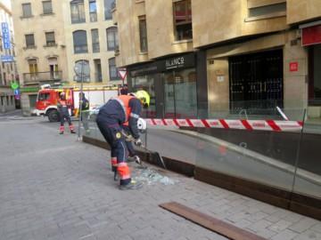 Los bomberos eliminaron una de las placas de cristal de la barandilla del aparcamiento de Santa Eulalia.
