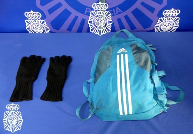 La mochila y los guantes que utilizó el detenido como presunto autor de un delito con intento de robo con intimidación en una sucursal bancaria de Salamanca.