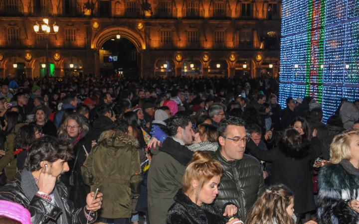 Cientos de salmantinos e invitados acudieron a la Plaza Mayor a recibir el Nuevo Año.