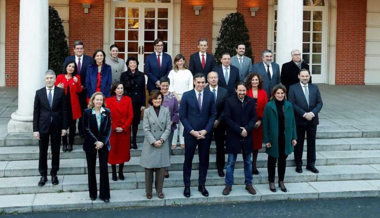 Pedro Sánchez y los ministros del primer Gobierno de coalición de la historia de España.