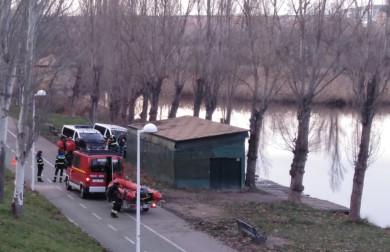 Policía y bomberos de Salamanca acudieron al río Tormes donde apareció el cadáver de una persona.