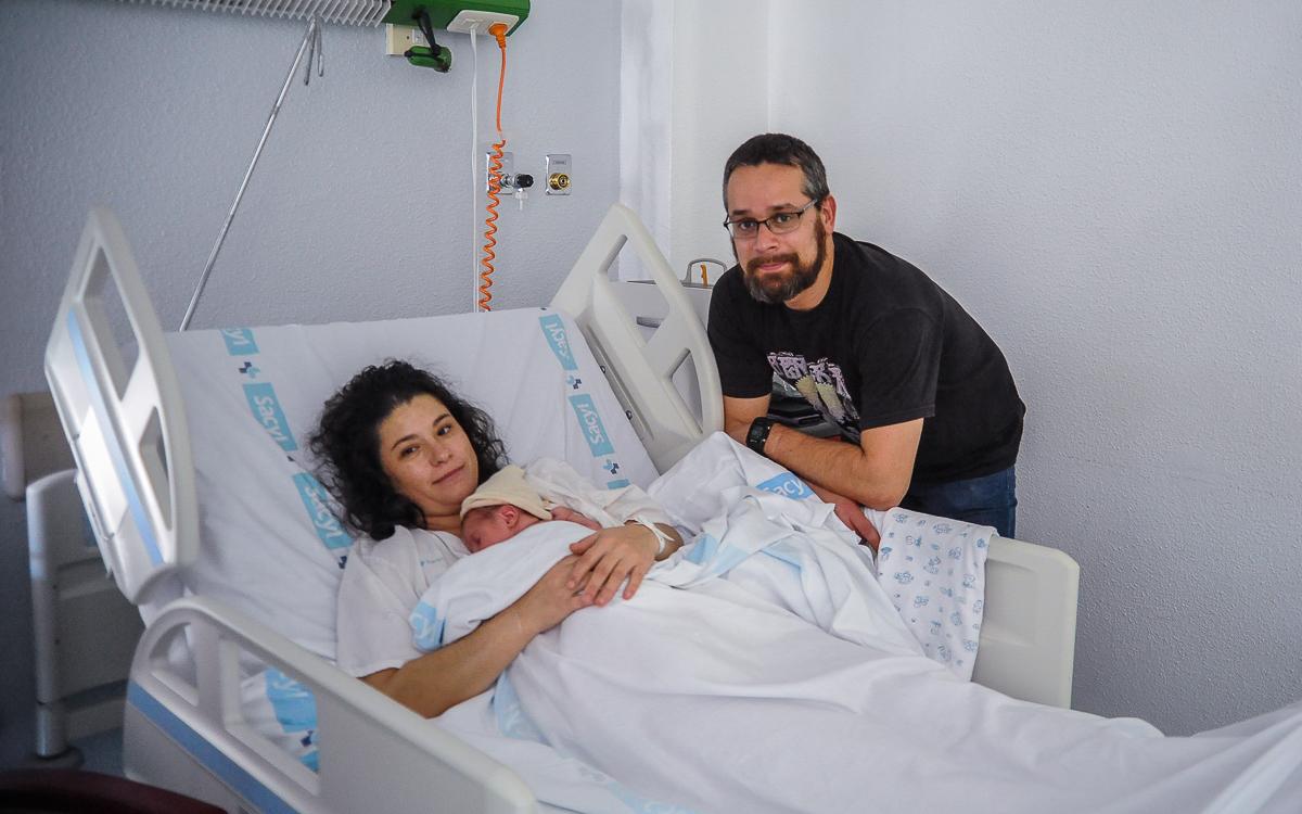 Leo, en brazos de su madre, Maika González, junto a su padre Jesús Vicente.