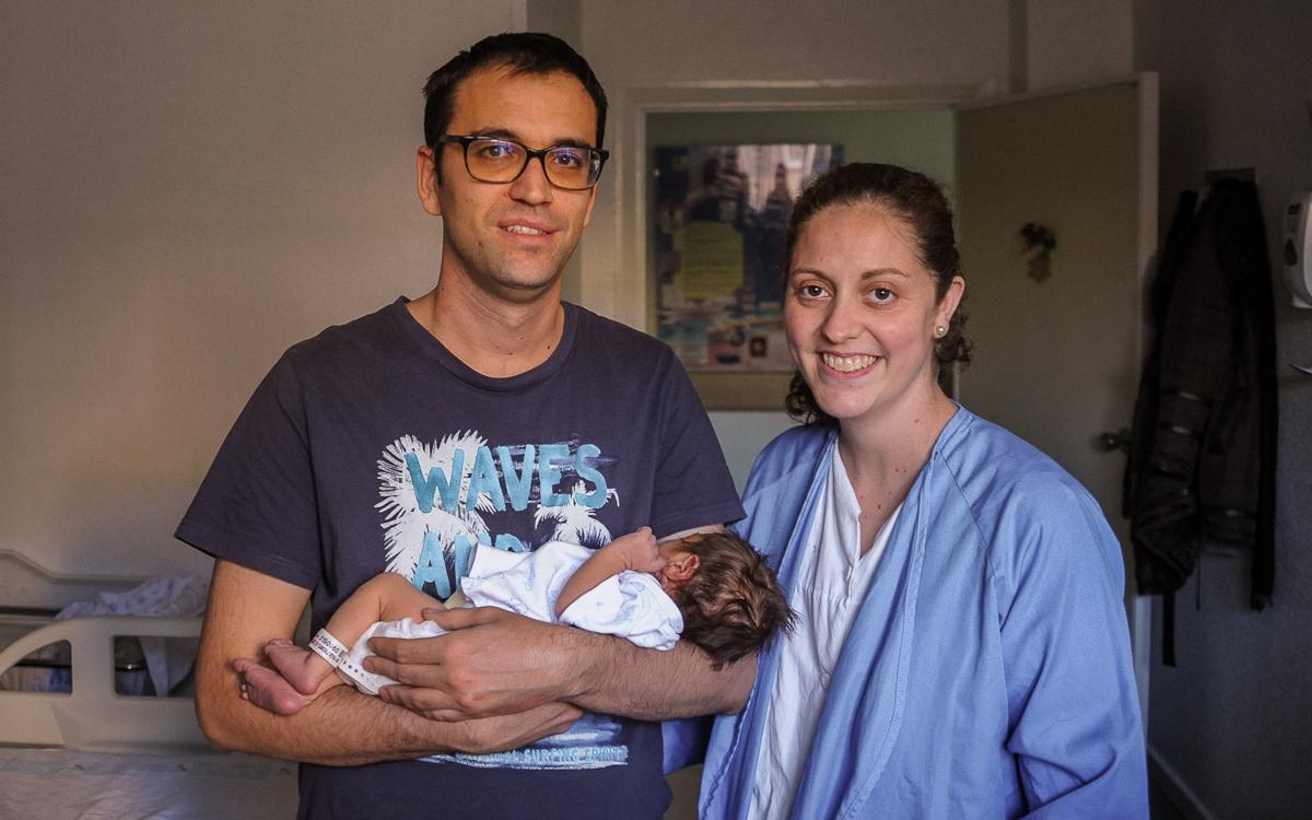 David Sánchez coge en brazos a su hijo Alejandro, junto a su mujer Rosana Marcos.