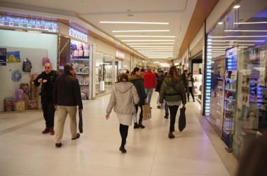 Las tiendas del CC El Tormes lucen el cartel de rebajas y en algunos casos con el 70% de descuento.