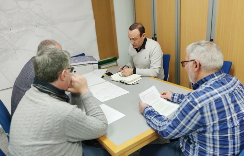 El alcalde de Carbajosa de la Sagrada, Pedro Samuel Martín; el concejal de Agua, Ángel Manso; y los técnicos municipales han mantenido una reunión para valorar la avería.