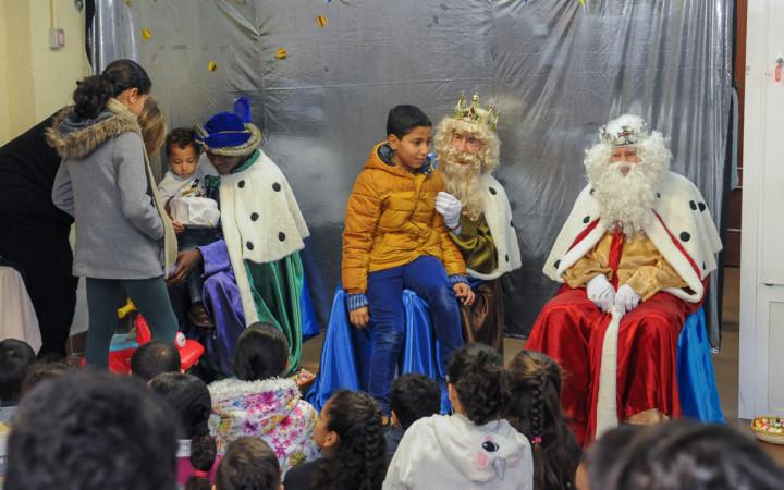 Los Reyes Magos visitaron la sede de Asecal para conversar con los niños y niñas del barrio de Vidal.