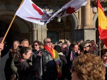Un millar de personas se concentraron en la Plaza Mayor de Salamanca.