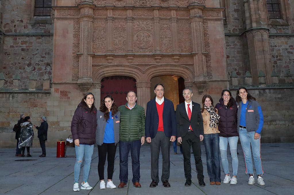 Marta Torrejón y Andrea Pereira, del FC Barcelona, y Nahikari García y Maddi Torre, de la Real Sociedad, con el rector, Ricardo Rivero y el alcalde Carlos García.