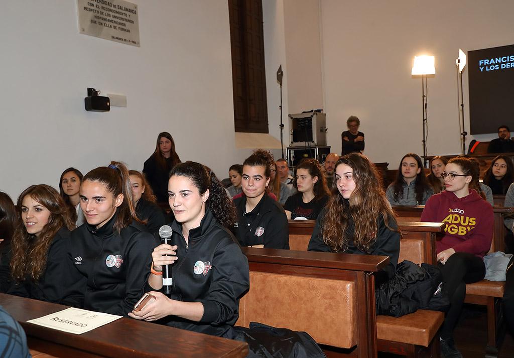 Marta Torrejón y Andrea Pereira, del FC Barcelona, y Nahikari García y Maddi Torre, de la Real Sociedad, mantuvieron  un encuentro con estudiantes y deportistas del Estudio salmantino
