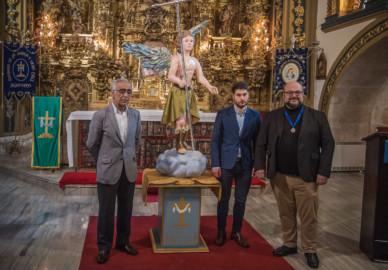 La Cofradía de la Santa Vera Cruz presenta el ángel que se incorpora al paso de las Tres Marías ante el Sepulcro Vacío.
