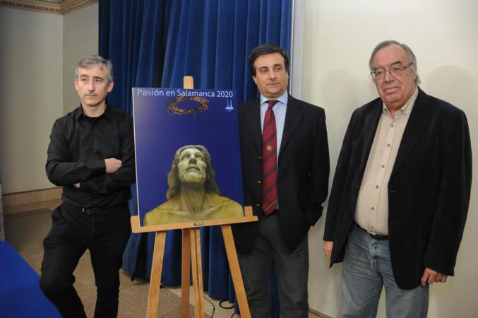 De izqda a drcha. Javier Blázquez, Félix Torres y Andrés Alén con el cartel anunciador de la Pasión en Salamanca, obra de Eusebio San Blanco.