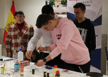 Los alumnos del Colegio San Agustín participan en un taller de Química.