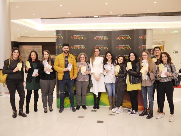 El CC El Tormes entrega los premios a los clientes que encontraron la etiqueta dorada durante el periodo de rebajas.