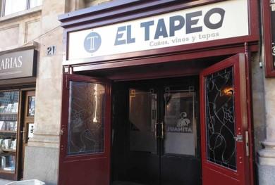 El Juanita fue uno de los últimos bares que decoró Ángel Bajo, cuyo sello se vio en el Tiovivo, la Posada de las Almas o El Callejón.