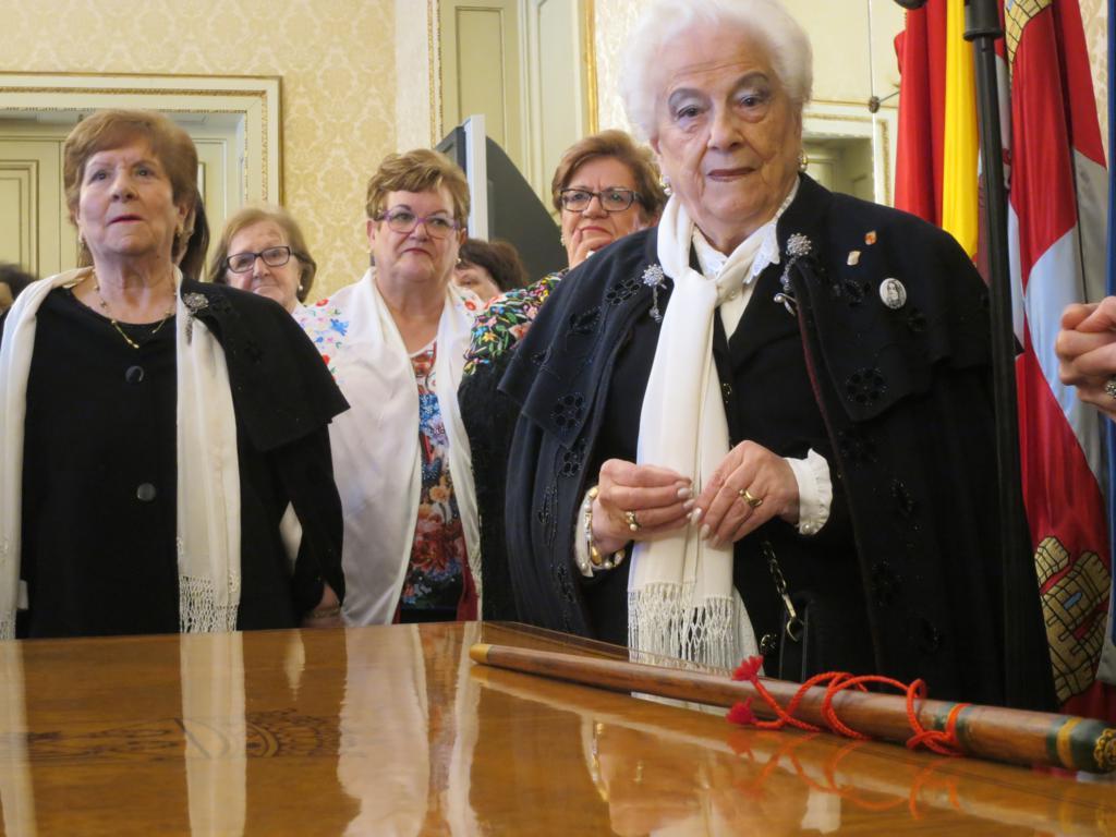 Lola, profesora de encaje de bolillo, de la Asociación del Traje Charro, recibe el bastón de mando del Ayuntamiento de Salamanca.