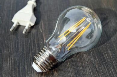 La luz baja más de un 4% en la primera quincena de febrero