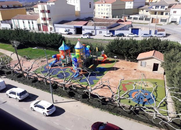 Los niños de Guijuelo estrenan la atracción infantil más grande de Salamanca -incluida la capital- en el parque del Pozuelo.