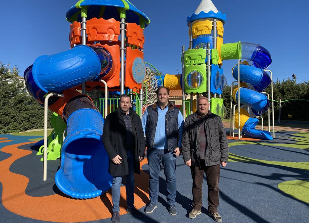 El alcalde de Guijuelo, Roberto Martín, en el centro de la imagen, con dos concejales en el parque del Pozuelo.