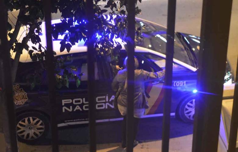 n coche de la Policía Nacional acude a la llamada.