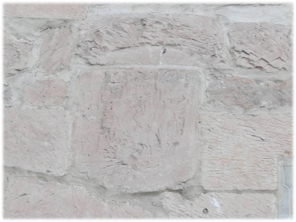 Escudo picado timbrado con corona (lo que hace suponer que es un añadido posterior)