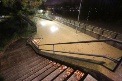 Carlos S. Campillo / ICAL . Río Bernesga desbordado a su paso por la capital leonesa. En la imagen, el Paseo de Salamanca cortado por la inundación