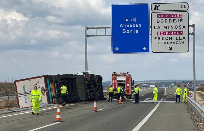 Ical / ICAL . Fallece un camionero en una salida de vía en la A-15 en el término municipal de Frechilla de Almazán (Soria)