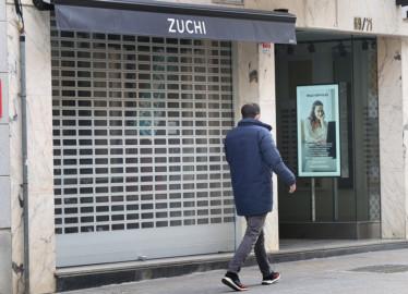 Brágimo / ICAL. Tienda de ropa Zuchi cerrada, en la calle Mayor de Palencia, propiedad de Domiciano Curiel presidente de ATA Castilla y León