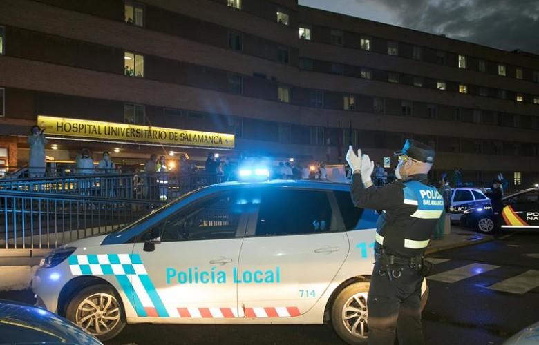 Un policía local aplaude la labor del personal sanitario en el clínico.