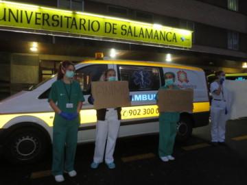 El personal sanitario del Clínico dan las gracias a la sociedad por los aplausos que reciben cada noche.