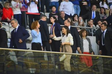 La Reina Letizia estaba saludando al público y Ana Suárez lo interpretó como un ¡Choca los cinco!.