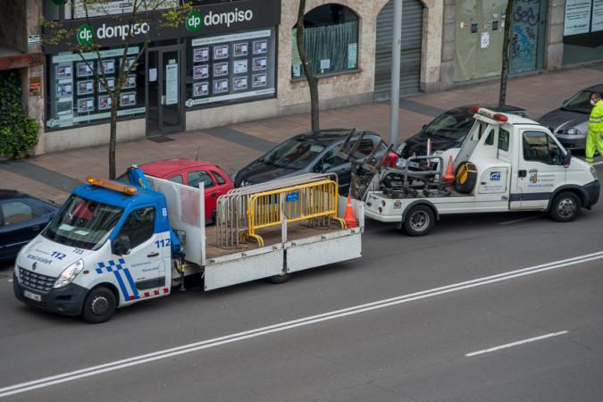 Varias grúas municipales retiran los vehículos del primer tramo del Pº de la Estación en Salamanca.