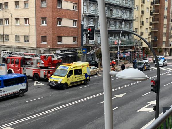 Un coche se empotra contra unos andamios y acudieron una ambulancia, la Policía Local, Nacional y una dotación de Bomberos de Salamanca.