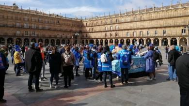 Los aficionados del Perfumerías Avenida ponen calor, color y humor en la Plaza Mayor con motivo de la celebración en Salamanca de la Copa de la Reina de Baloncesto.