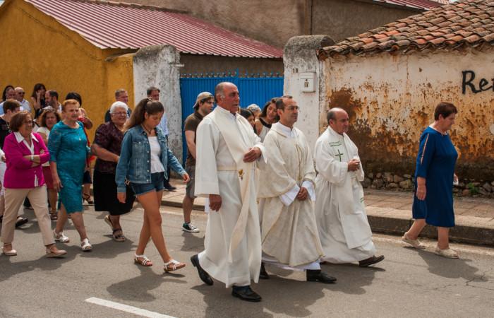 Alfredo Ramajo, primero por la izquierda, Gabi Cid y don Isidoro, en la procesión de San Ceferino en 2019, en Tenebrón.