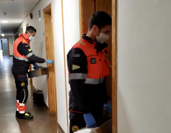 Bomberos de Salamanca en la desinfección del Colegio Mayor Oviedo.