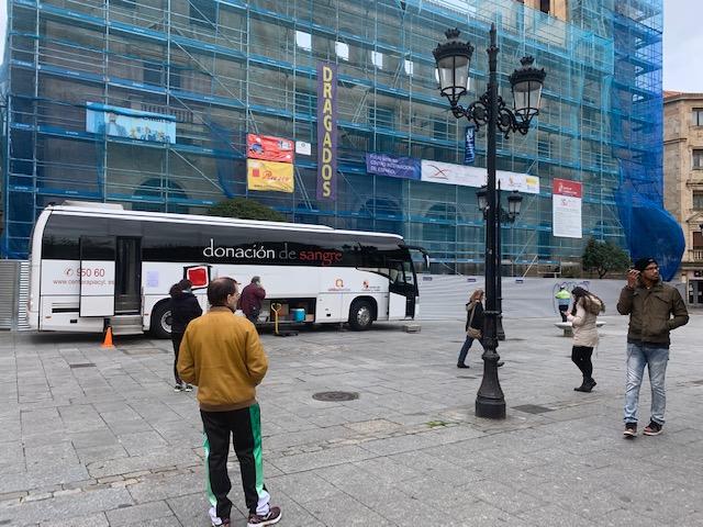 La cola de este martes para donar sangre en el autobús habilitado en la plaza de los Bandos.