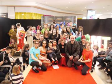 El Centro Comercial El Tormes acogió un desfile, donde los modelos estaban caracterizados como los protagonistas de películas muy conocidas.