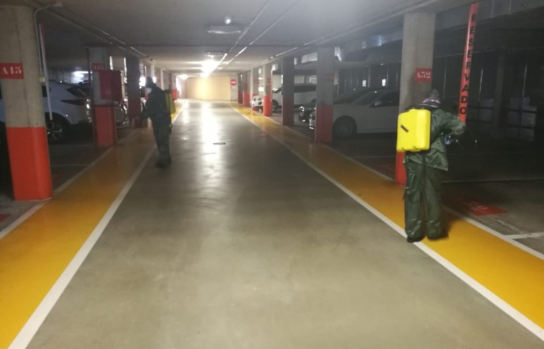 Operarios desinfectan el parking de Guijuelo.