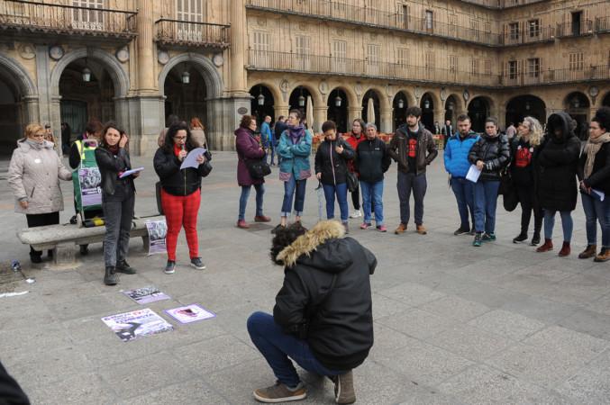 El Movimiento Feministas de Salamanca organizó un acto de 'micrófono abierto' en la Plaza Mayor.