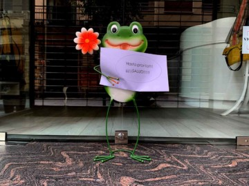 La rana de la suerte de Salamanca con un cartel de Hasta pronto. Suerte, de la tienda Mertxe Sánchez, en Pozo Amarillo.