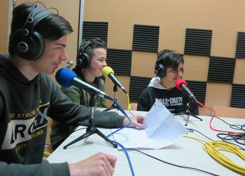Javier, Unai y Rodrigo, alumnos de las Siervas de San José en su emisora La Campana Radio.