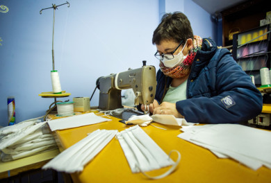 Jose Vicente / ICAL . La mirobrigense Carmen Ramos elabora artesanalmente mascarillas y las reparte altruistamente entre los mirobrigenses que se lo solicitan. En la imagen Carmen Ramos con una de las mascarillas que ella misma elabora.