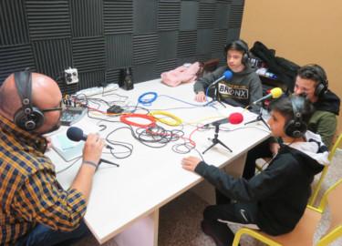Juan Rodríguez con Javier, Unai y Rodrigo, en el programa de deportes de La Campana Radio, en las Siervas de San José.